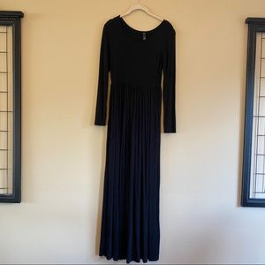 Dresses & Skirts - Simple black maxi dress with pockets!